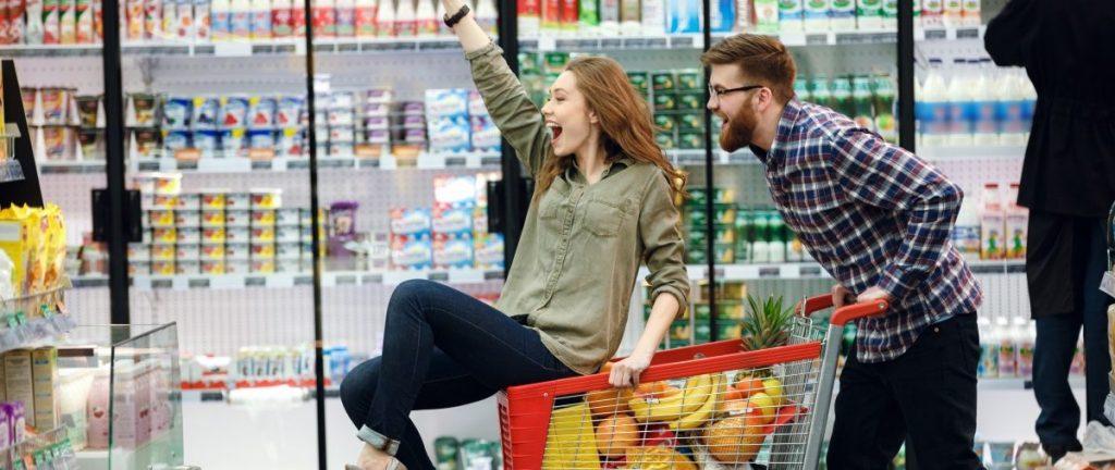 ragazzi in un supermercato