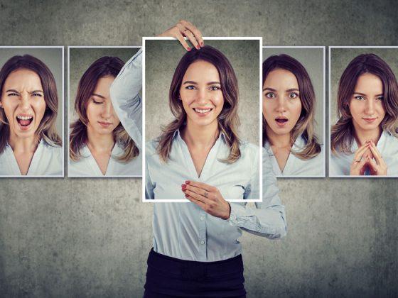 Foto di donna con diverse espressioni facciali, metafora perfetta del concetto di tono di voce.