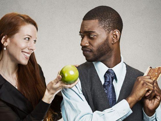 Le leve della persuasione in azione: una donna che persuade un uomo con una mela.