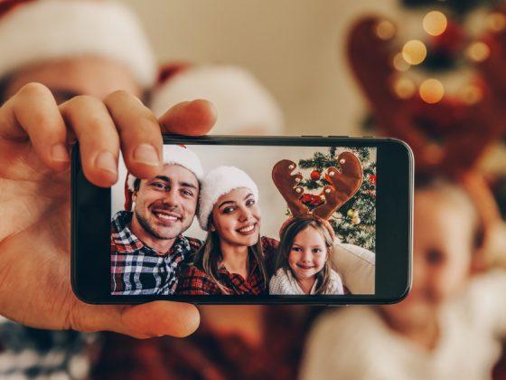 famiglia che scatta un selfie di natale da pubblicare sul web