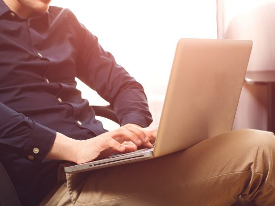 uomo al computer per scrivere un articolo di blog