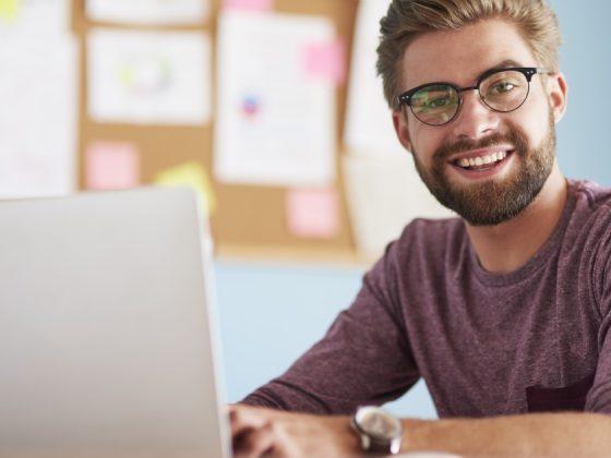 consulente alla scrivania a creare pubblico per Facebook ads