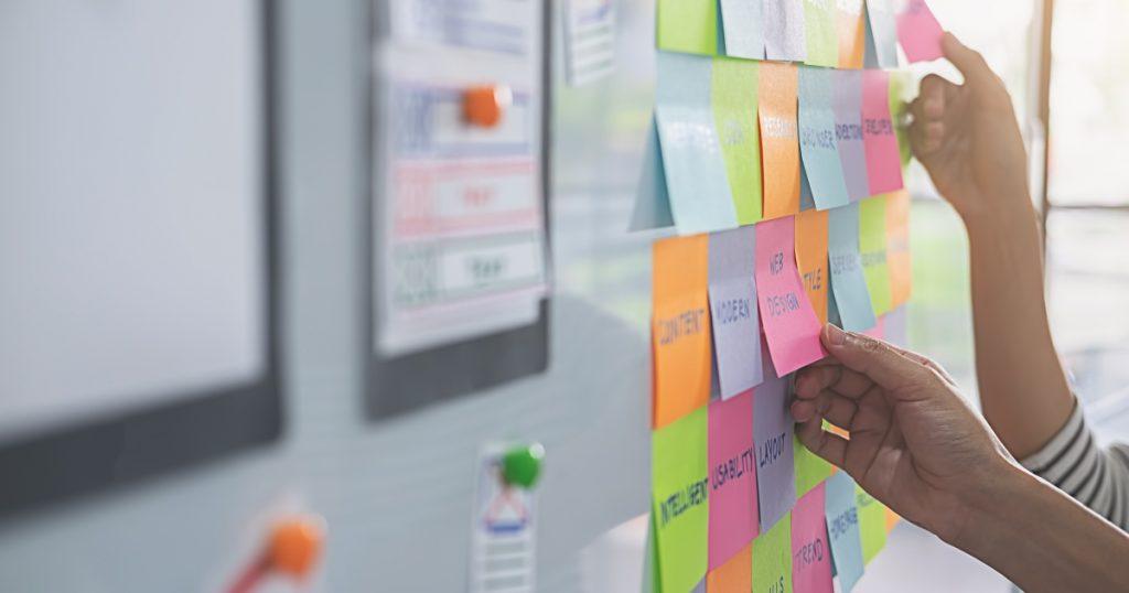 mani con post-it nel processo design thinking