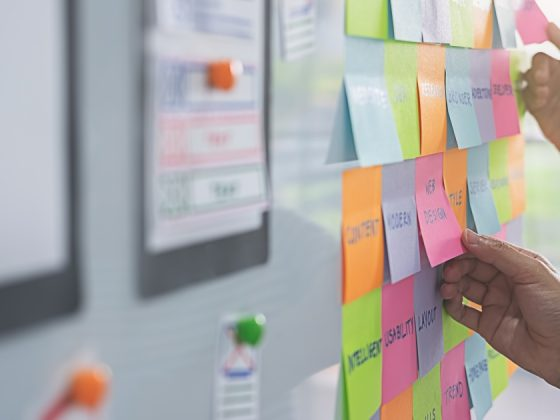 mani con post-it nel processo design thinking