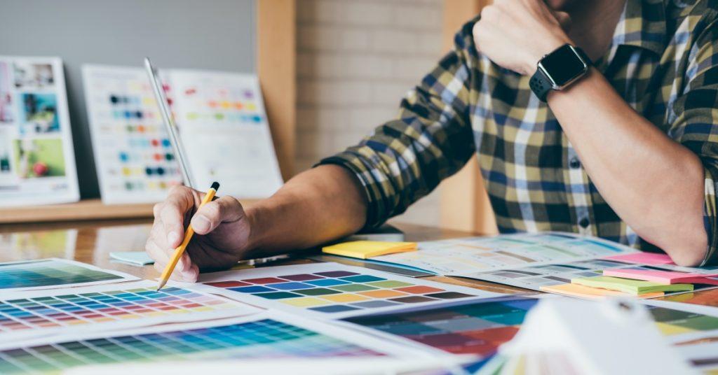 designer che sceglie colore per un brand