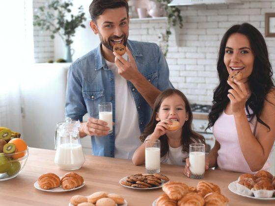 famiglia felice che fa colazione