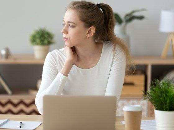 ragazza che pensa a nuove idee di fronte al computer